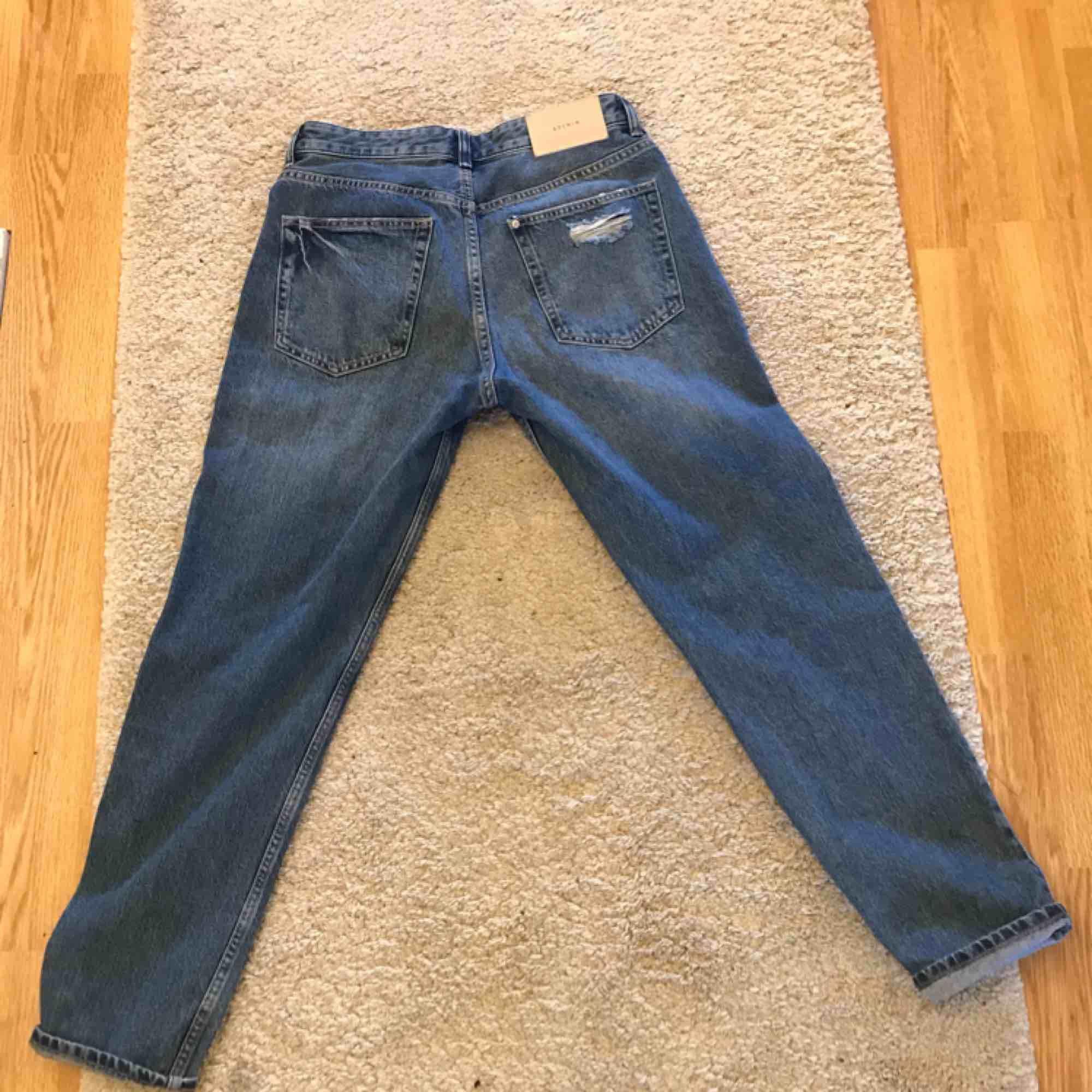 Ett par helt oanvända denim, boyfriend jeans från HM💕säljer pga aldrig använt:(( Sitter som en smäck när jag har prövat dom🙌🏼storlek 27📏 Säljer dom för 200kr + 50kr frakt😁. Jeans & Byxor.