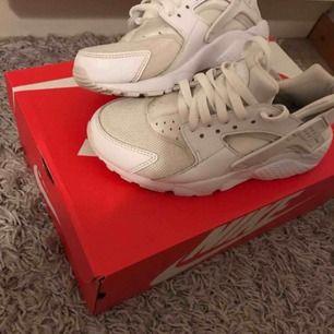 Säljer mina Vita nike huarache riktigt fina skor som är använda några gånger  Säljer dom pågrund av att dom är för små för mig  Köpta för 1000 och säljer dom för 400