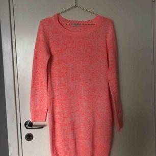 En tunn stickad klänning i en neon/korall färg!!🌺 jättefin till sena sommarkvällar med ett par vita sneakers👟🌅  köparen står för frakten!
