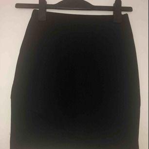 Superfin kjol med fin detaöj nertill. Ej glittrig!