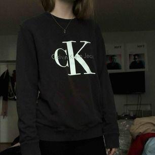 Långärmad från Calvin Klein, mörkgrå/brun. Lappen är bortklippt så vet ej storlek men gissar på M/L!