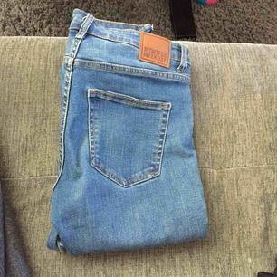 Vintage jeans från weekday. Ca 4 år gamla som tyvärr har blivit för korta för mig. Byxorna sitter skitsnyggt runt midjan och rumpan.