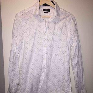 Vit prickig skjorta i strl M slim fit. Använd ca 2 ggr.