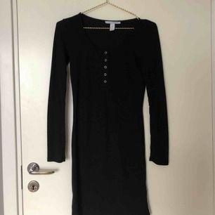 En svart simpel klänning köpt från Nelly, använd endast ett fåtal gånger så i bra skick!🖤💫 köparen står för frakten —> 39 kr