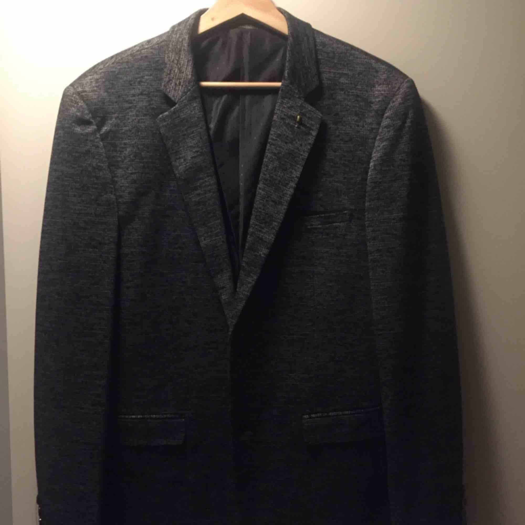 Kavaj köpt på SAM för ca 1 år sedan. Tyvärr så har den aldrig blivit använd ännu. Köpt för ca 800 kr.. Kostymer.