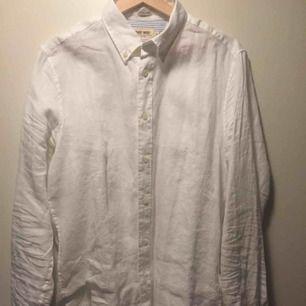 Vanlig vit skjorta. Herrstorlek men jag har lånat den tilllett par tighta svarta byxor eller en hög kjol. Slim fit
