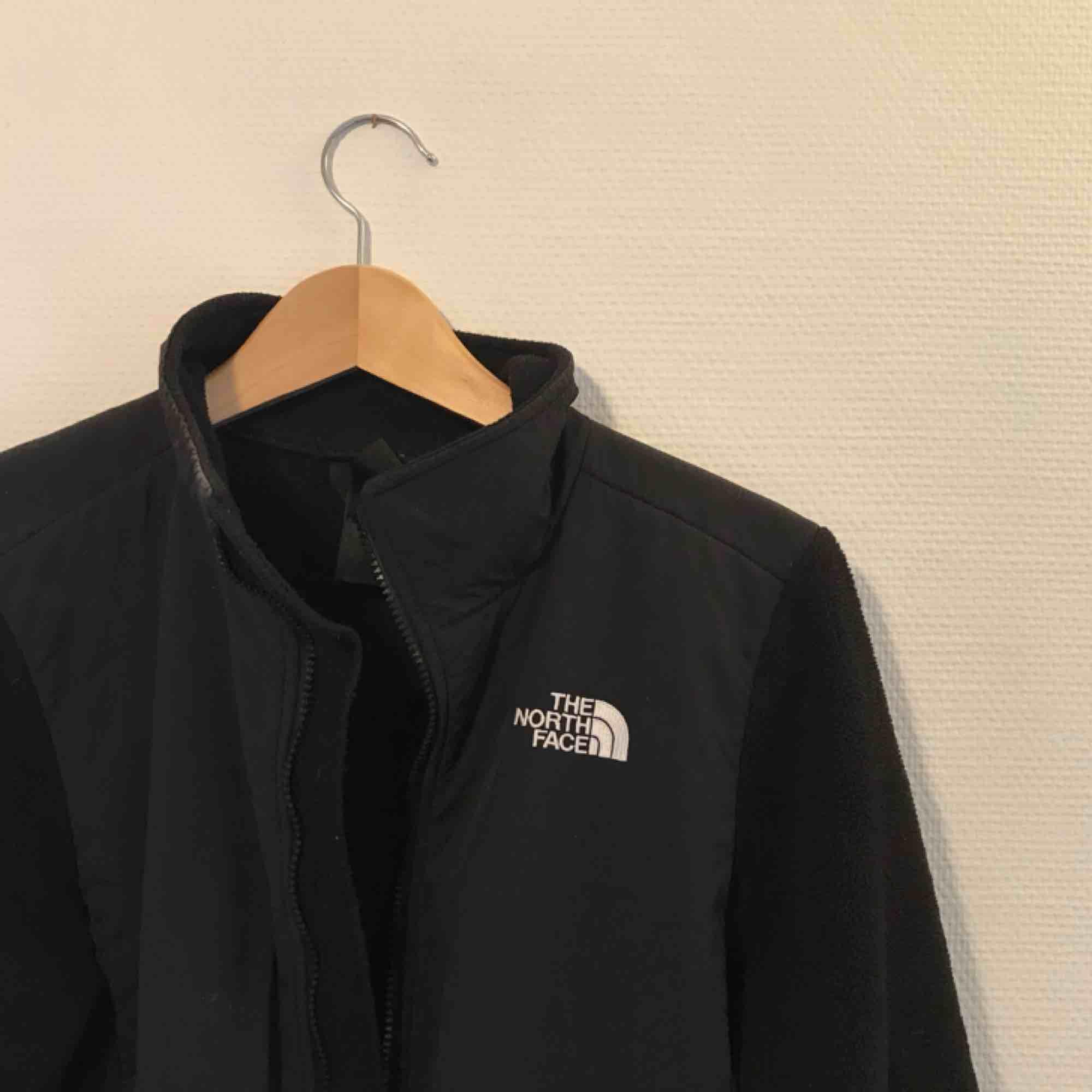 Svart zip up tröja från North Face! Bra begagnat skick. Huvtröjor & Träningströjor.