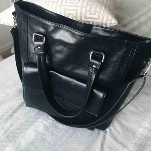 Mycket fin och rymlig väska! Skickar gärna fler bilder vid intresse! 🥰
