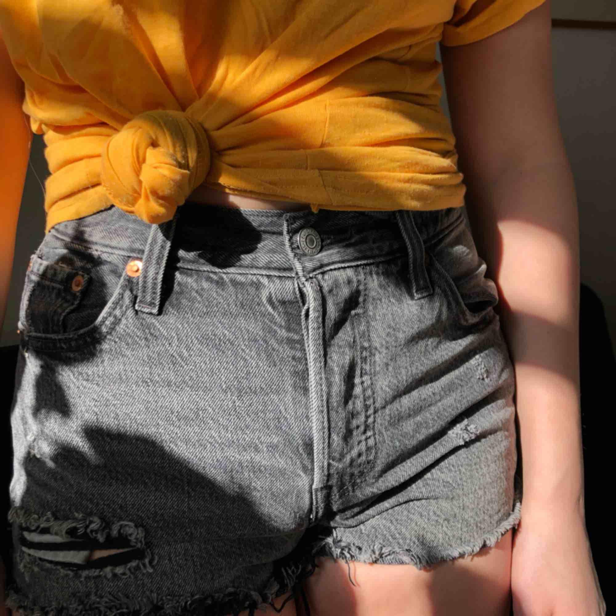 Jättefina Levis shorts i modell 501, och i färgen slashed black. Storleken är w25 och själv skulle jag säga att de är i strl 34/36. Shorts.