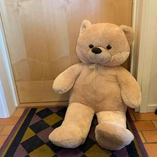 Stor teddybjörn som suttit på en stol. Fint skick