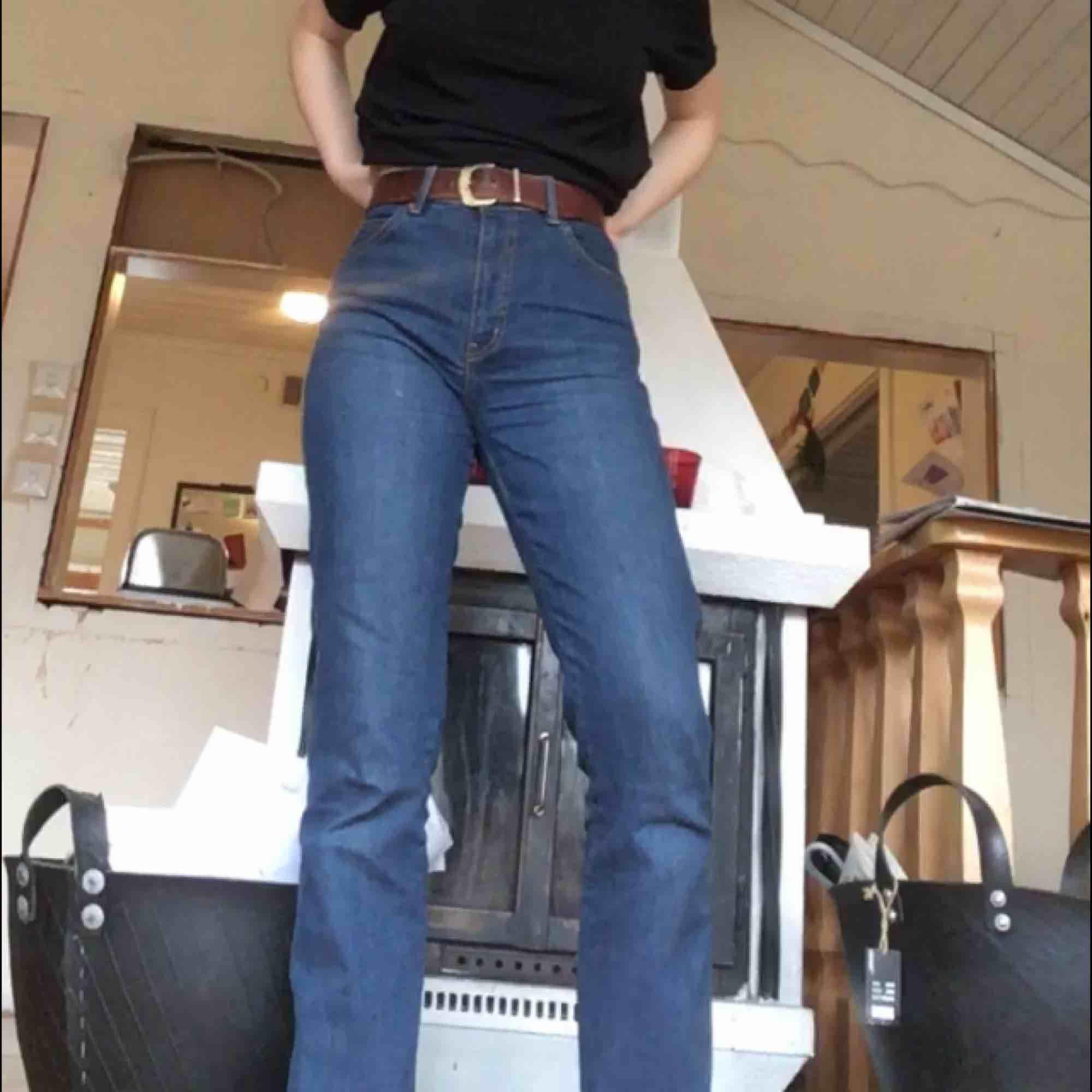 Högmidjade blåa jeans med lite bootcut. Passar bra på mig som har ungefär 28 i midjan. Osynlig söm längst ner på benen vilket gör byxorna riktigt clean.  Kan mötas upp i Stockholm, annars står köparen för frakten <33. Jeans & Byxor.