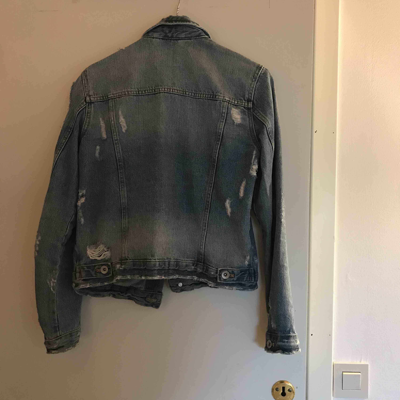 Jeansjacka från Zara, storlek S. Kan mötas upp i Norrtälje eller i centrala Stockholm. Annars tillkommer frakt . Jackor.