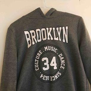Basic hoodie från Gina tricot, väl använd men säljer nu vidare. Kan mötas upp i Norrtälje eller centrala Stockholm, annars tillkommer frakt
