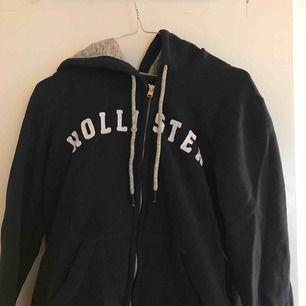 Kofta från Hollister, knappt använd. Det är en storlek L men Hollister är väldigt små i storlekarna så passar en M också. Kan mötas upp i Norrtälje eller centrala Stockholm. Annars tillkommer frakt.