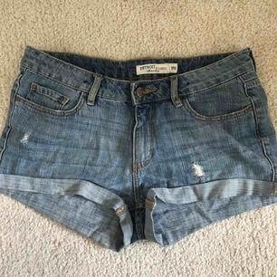 Ett par shorts ifrån Lindex i storlek 170 men passar någon i storlek S också. De har en del slitningar på framsidan och en lite där bak, ganska väl använda men ändå i ett fint skick!💗 Köparen står för frakten💗