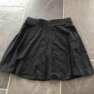 Fin tygkjol som aldrig är använd. Är i storlek 158/165 men sitter som XS/S. Basis kjol som går att styla till mycket 🥰