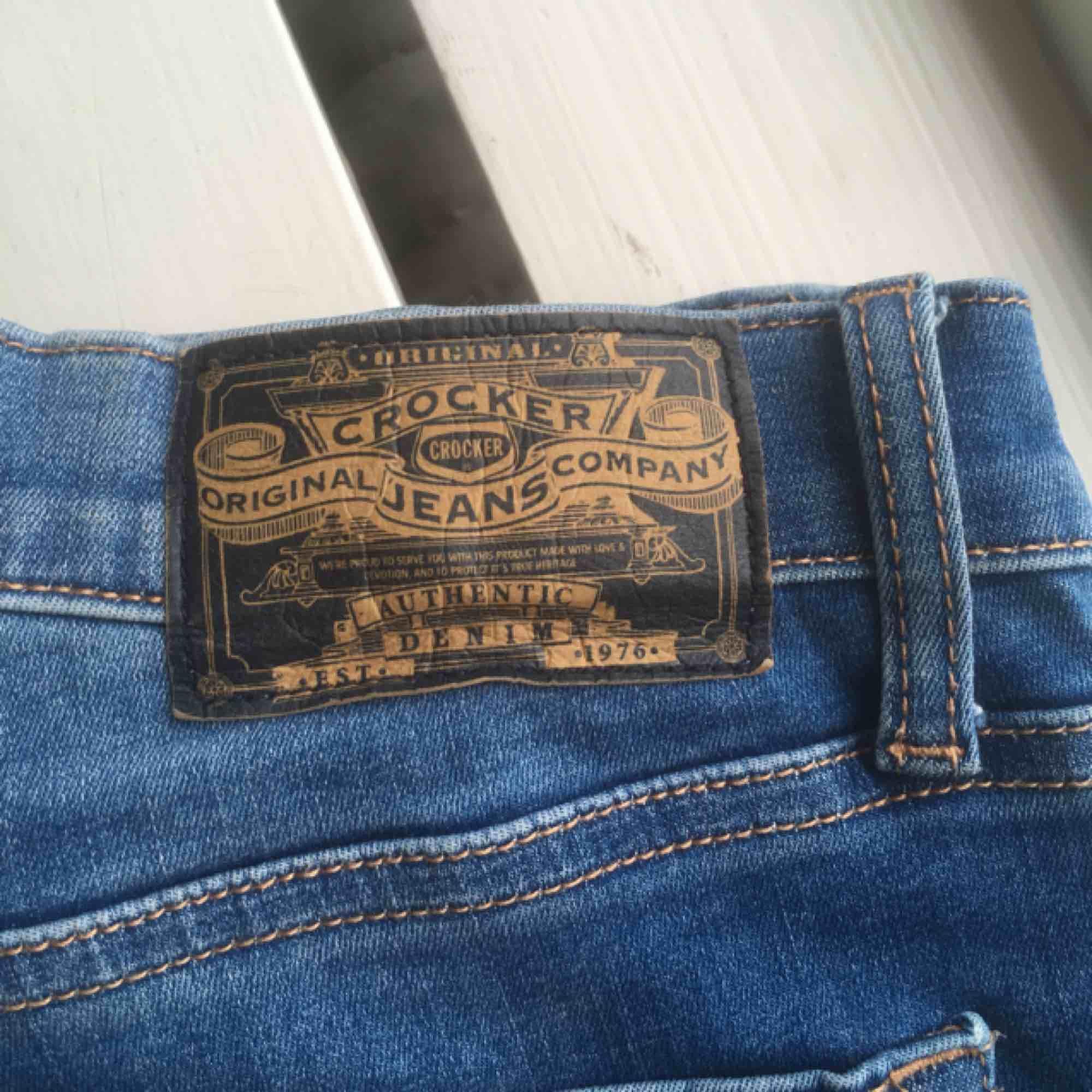 Säljer ett par nästan nya skinny jeans från crocker. Modell sharp cut, med orangea sömmar på insidan som syns om man viker upp benen. Säljer pga inte riktigt min stil längre. Kan mötas upp i Stockholm, annars står köparen för frakten <33. Jeans & Byxor.