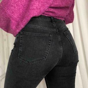 Gråa/svarta byxor från Never Denim med detalj vid fötterna av byxorna. Hör av er för fler bilder eller om det ör något annat. Byxorna sitter även jättebra vid rumpan☺️