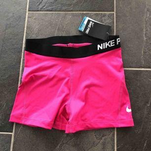 Rosa NikePRO-shorts. Sprillans nya och har aldrig blivit använda, prislappen är kvar. Köpta för 249, säljer för 100 kr+frakt. 💗