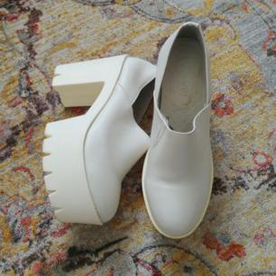Suuuper snygga vita högklackade skor! Använda 2 gånger pga för stora för mig. Storlek 38! Jättesköna och inte alls svåra att gå i eller obekväma pga platån! Ca 10 cm höga o platå ca 5 cm