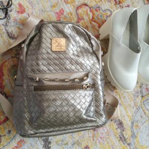 Mini ryggsäck i bronsguldig färg! Sällan använd.