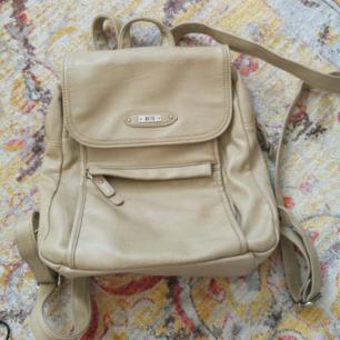 Snygg skinn mini ryggsäck köpt secondhand för 300 kr. Beige färg och super fin!