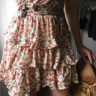 Supersöt klänning i mjukt material, fastsytt snöre knyts runt midjan
