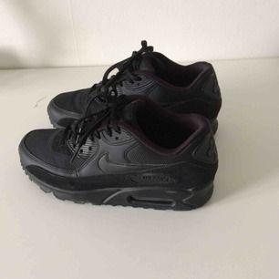 Nike air max i storlek 38,5 (mäter insidan till 25 cm)✨ Har inte använts så jättemycket. Frakt 90 kr (Nypris 1400 kr)