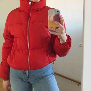 En puffer jacket från H&M i storlek 36. Skulle säga att den är både en 34 och 36. Är ca 1 år gammal. Fraktar gärna men köpare står för fraktpris (79kr)