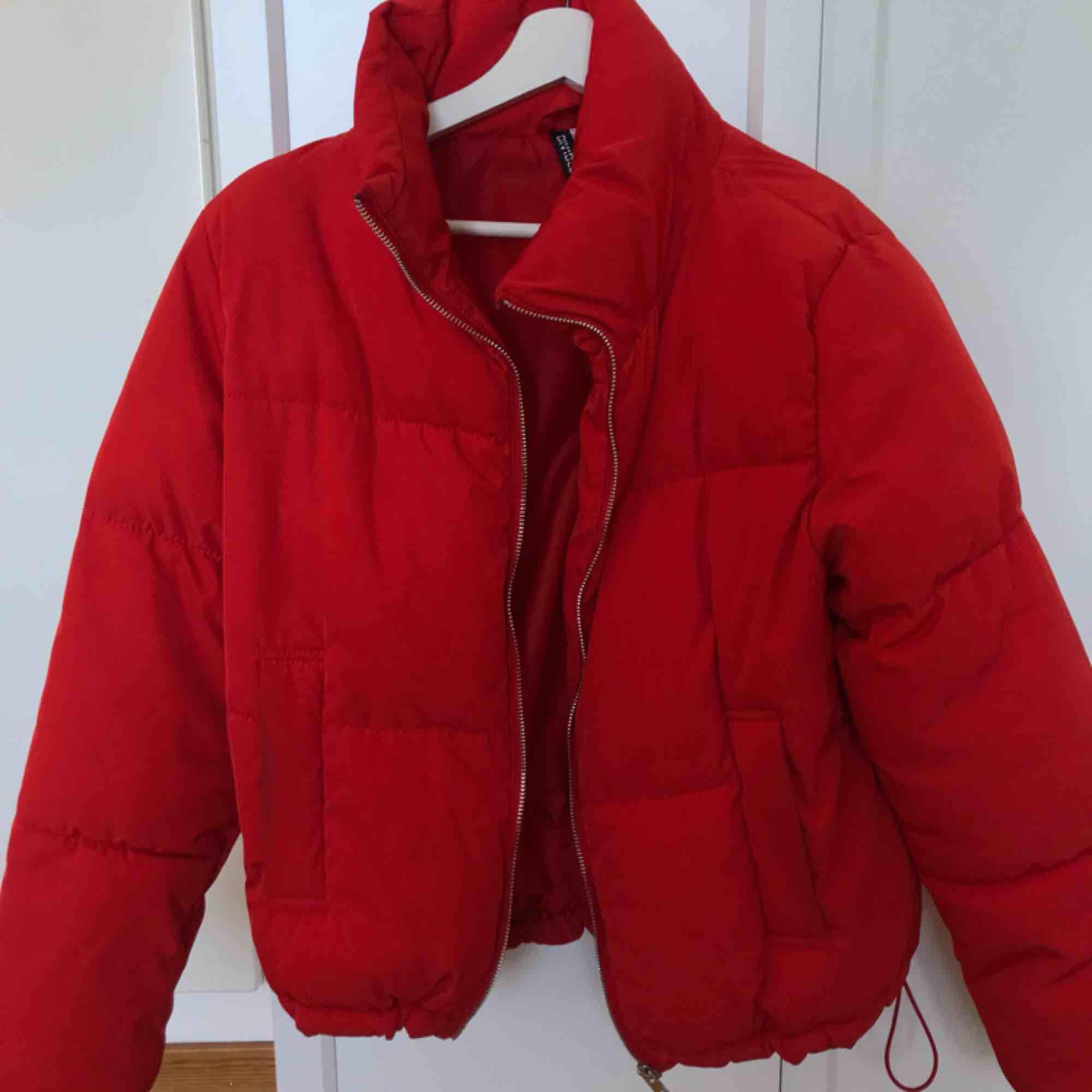 En puffer jacket från H&M i storlek 36. Skulle säga att den är både en 34 och 36. Är ca 1 år gammal. Fraktar gärna men köpare står för fraktpris (79kr) . Jackor.