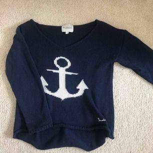 Stickad marinblå tröja ifrån bondelid, storlek S med ganska bred v-ringning💗 jättefint skick! Köparen står för frakt!