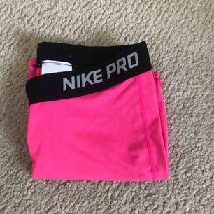 Ett par helt oanvända neonrosa Nikepros i barn-XL men passar bra på någon i storlek S! Fint skick!💗 Köparen står för frakten som tillkommer!