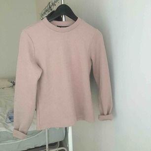 Skön tröja från Bik Bok. Få gånger använd. Storlek M, men tycker den är ganska liten för att vara en M storlek (brukar ha S).