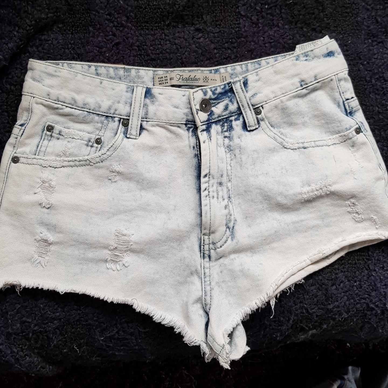 Zara Trafaluc high waist shorts! Knappt använda, korta ben & riktigt snygg färg.. Shorts.