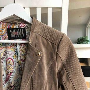 En äkta läder jacka som använts men är i bra skick! Kan förekomma lite slitage längst ut på ärmen men det syns ej. Nypris: 1500kr.