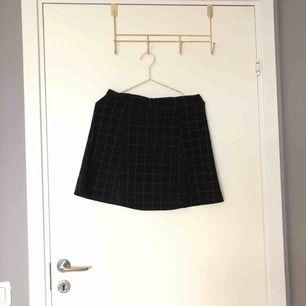 en rutig kjol från American Apparel  - står att det är storlek L men skulle nog säga att den passar M också! Säljer pågrund av fel storlek! ✨💗 Köparen står för frakten —> 39 kr