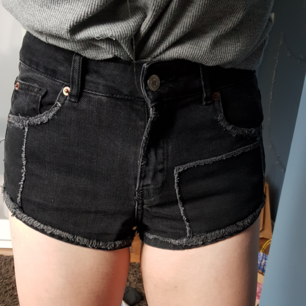 Pull & Bear shorts in gray with red-checked pockets! Barely use as good condition. Stylish details & high waist.