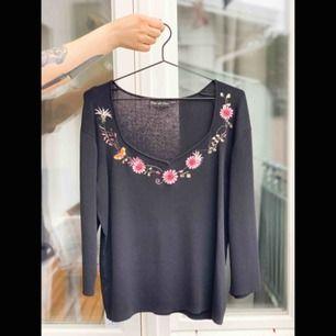 En fin svart tröja med broderade detaljer. Har använts få gånger. Fri frakt!📦