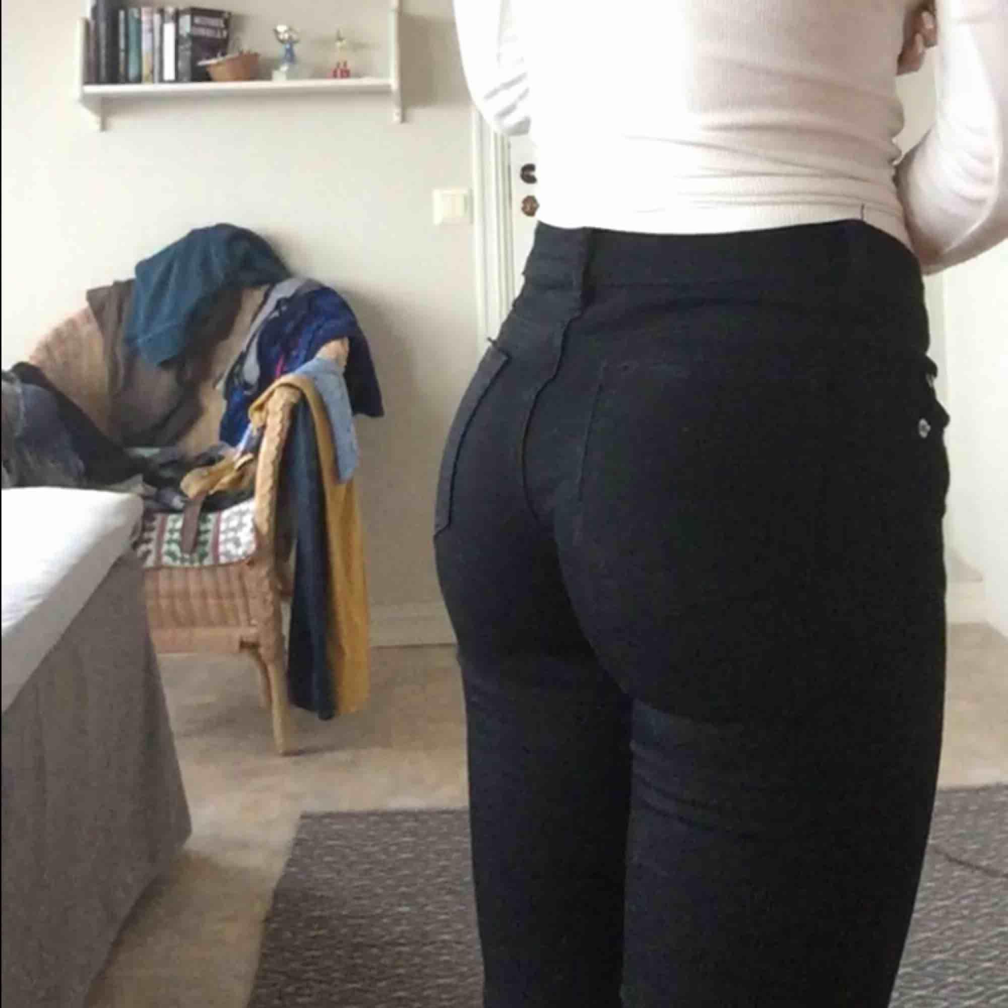 Håliga jeans från BikBok :) lågmidjade Storlek XS  man får vanligtvis fin rumpa i dem fast dessa är för små för mig ;) Sparsamt använda. Köpare betalar frakt 💓. Jeans & Byxor.