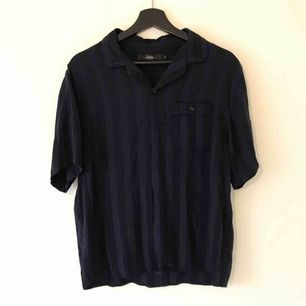 Skjorta köpt på Urban outfitters. Så nice material! Typ silke.