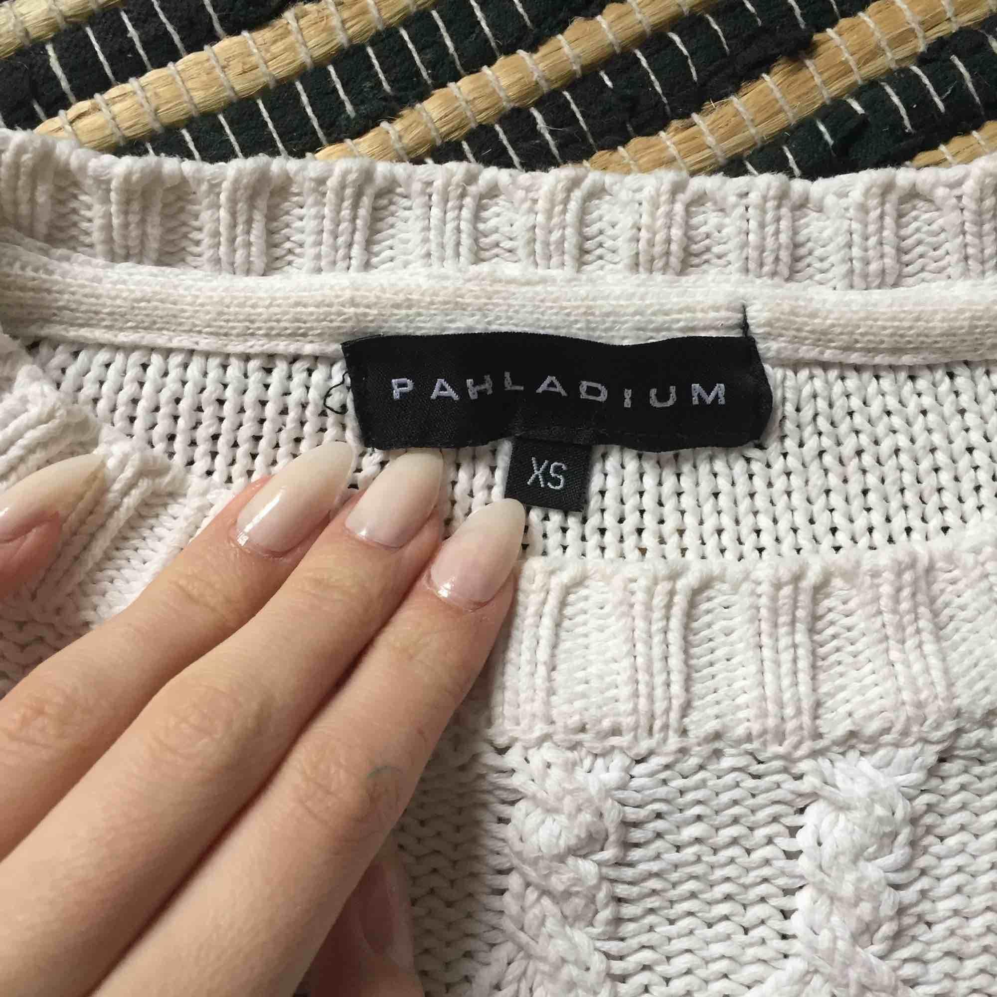 Stickad tröja från Phaladium, storlek XS. Endast använd några tillfällen. Varm och tjock. Pris kan diskuteras vid snabb affär ☺️ . Huvtröjor & Träningströjor.