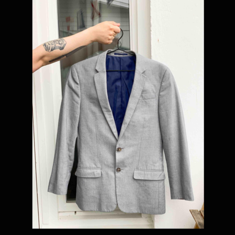 En grå kostym i slimmad modell. Kavajstorlek: 36 Byxstorlek: 30/30. I fint skick. Fri frakt!📦. Kostymer.
