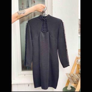 En snygg svart klänning från Joseph Ribkoff. Har använts få gånger. Fri frakt!📦