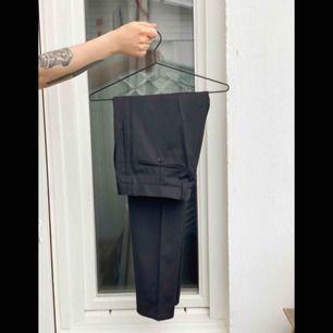 Ett par svarta kostymbyxor i slimmad modell. I fint skick. Fri frakt!📦