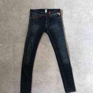 Näst intill oanvända jeans från Replay i superfint skick. Sitter som en vanlig XS! Midja: 24 Längd:30