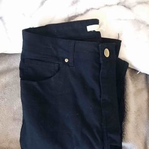 Helt nya, oanvända, marinblå jeans från Hm. Säljer pga att dom inte kommer till användning.