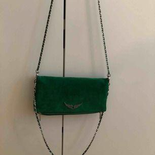 Säljer min zadig väska i grön mocka, knappt använd å köptes för 3600 här i Stockholm i våras 2018💕