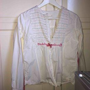 Jättefin skjorta från Odd Molly. Tyvärr för stor för mig och därför säljer jag den. Har snörning i midjan så den går att få figursydd. Köparen står för frakten.