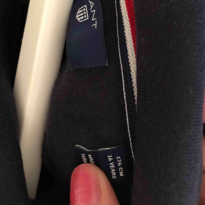 Mörkblå gant hoodie helt ny aldrig använd köpt för 800kr . Huvtröjor & Träningströjor.