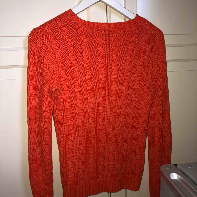 Jättefin orange kabelstickad tröja från Ralph Lauren. . Tröjor & Koftor.